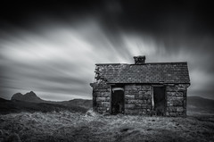 Elphin bothy (Roksoff) Tags: elphin bothy dilapidated ruin ancient hut camloch winter snow lochassynt sutherland stacpollaidh suilven culmor canisp scottishhighlands glencanisp scotland nikond810 leefilters 1635mmf4 blackandwhite mono ullapool long exposure 10 stopper