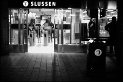 Slussen (*Kicki*) Tags: station slussen stockholm sweden tube underground subway ubahn metro people film analog minolta minoltadynax600siclassic agfa christmasday 50mm agfadhc200plus2 oldschool expired expiredfilm agfahdc agfahdc200 bussterminalen minoltaaf50mmf14