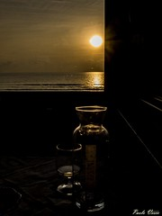 Un bicchiere di vino - A glass of wine (Pablos55) Tags: tramonto bottiglia bicchiere controluce finestra mare sunset bottle glass backlight window sea