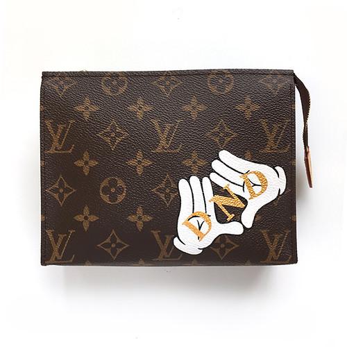 Alphabet badge splatter glove hands LV jsn -1