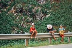 Children on Roadside, Sơn La Vietnam (AdamCohn) Tags: 092kmtobnsonginsnlavietnam adamcohn bnsong snla sơnla vietnam children geo:lat=21494208 geo:lon=103660382 geotagged kids railing roadside wwwadamcohncom sæ¡nla phá»ngläng