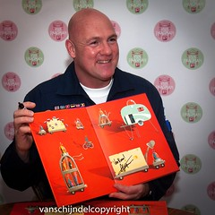 Boek André Kuipers vanaf vandaag in het theater. (JanvanSchijndel) Tags: andré kuipers astronaut famous man space book children theater fun drawings color red story inspire paagman visit travel details contrast dutch dutchman holland geotag geotagged light country science posing portrait netherlands