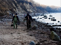 Anglers on the way to the ice-cold Baltic Sea (Ostseetroll) Tags: deu deutschland elmenhorst geo:lat=5400962830 geo:lon=1114642952 geotagged mecklenburgvorpommern steinbeck ostsee balticsea steilufer cliff angler