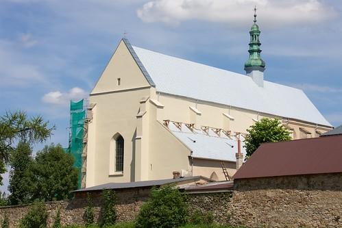 Kościół Wniebowzięcia NMP i św. Stanisława BM w Bodzentynie z terenu zamku podczas remontu (2012)