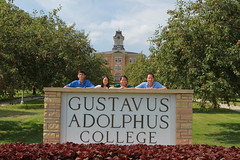 IMG_0257.jpg (Gustavus Adolphus College) Tags: old family sign student day main move oldmain movein firstyear moveinday 201204 20150904