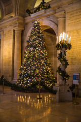 Christmas tree @ the entrance of Astor hall in The Public Library of New York City, USA ([ PsycBob ]) Tags: christmas new york xmas city usa tree public hall library entrance weihnachtsbaum baum astor schmuck the stadtbcherei bcherei geschmckt