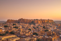 Coucher de soleil sur Jaisalmer et Sonar Kella (Voyages Lambert) Tags: beautiful travel stoneobject royalty haveli empire arranging goldcolored thardesert brick military indianculture protection large strength history thepast journey yellow old famousplace architecture outdoors panoramic jaisalmer rajasthan india asia sandstone landscape house palace castle monument fort tower builtstructure cityscape city town