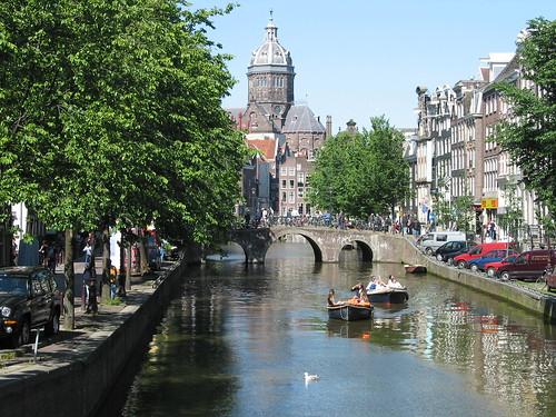 Canal con Sint Nicolaaskerk al fondo