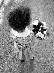 Lucía mientras espera ... (mirando) Tags: child flower bw wedding angel lovely angle wonderful perspective beatiful people portrait waiting lafotodelasemana worldwidewomen soul 2005 mirando lfsmejor lfsworldwidewomen