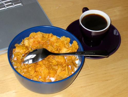 Ordenador, cereales y café
