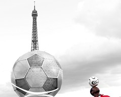 Final countdown (Hughes Lglise-Bataille) Tags: paris france color tower topf25 ball football soccer olympus eiffel 2006 bbc streetphoto performer f20 e500 top20sports topv1000 fifa2006 v1400 france2006