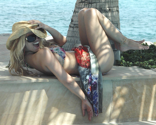Jessica Simpson Bikini Picture sold to the paparazzi by her father