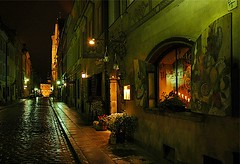 ul Piwna, Warszawa (Gary Cattell) Tags: old city flower history window rain night restaurant town box wwii poland polska historic ww2 warsaw stary cobbles warszawa rebuilt reconstructed relections miasto cotcpersonalfavorite