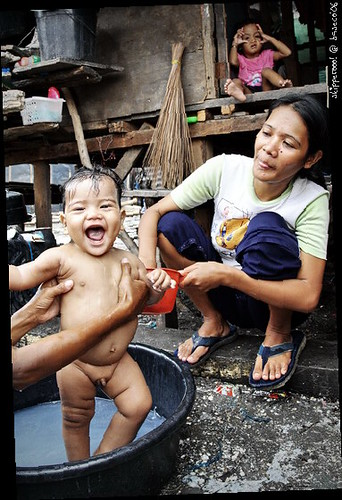 Baseco bath time infant baby Buhay Pinoy Philippines Filipino Pilipino  people pictures photos life Philippinen  菲律宾  菲律賓  필리핀(공화국)