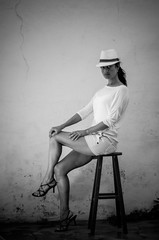 Joana em casa (mcvmjr1971) Tags: woman white black sexy home girl hat branco de 50mm casa legs flash sb600 posing preto modelo e pernas salto nikkor teste alto posando sapato joana chapu f18d difusor nikond7000