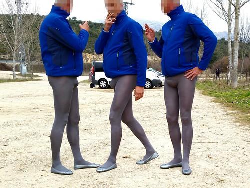 Grey pantyhose and ballet flats in public. Pantys grises y manoletinas en público