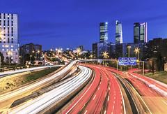 Hora punta (Julieta Portel) Tags: madrid cuatrotorresbusinessarea cityscape architecture street light urban