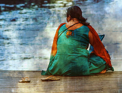 Al otro lado de la tierra (antoine pirulier) Tags: b hindú india mar mirandoalmar mujer puerto sentada