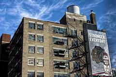 Stronger everyday (Lucille-bs) Tags: amérique etatsunis usa illinois chicago architecture city escalier enseigne publicité strongereveryday cielbleu bâtiment brique fenêtre réservoir