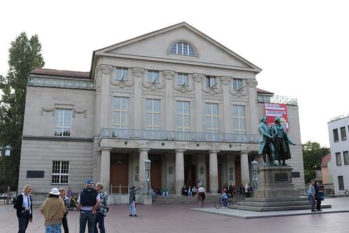 Deutsches Nationaltheater und Staatskapelle Weimar mit Goethe-Schiller-Denkmal