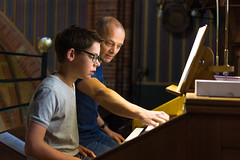 Gert-Jan den Butter bespeelt het Adema-orgel, St.-Agathakerk, Lisse, 12 september 2015. Foto: Alexander Schippers.