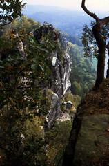 Elbsandsteingebirge (031) Bastei (Rüdiger Stehn) Tags: analog 35mm germany deutschland nationalpark wasser 2000 natur slide dia menschen scan sachsen fels landschaft elbe bastei felsen gebirge 2000s sächsischeschweiz elbsandsteingebirge mitteleuropa canoneos500n mittelgebirge gewässer flus analogfilm mitteldeutschland aussichtsplattform kleinbild canoscan8800f 2000er kbfilm landkreissächsischeschweizosterzgebirge diapositivfilm
