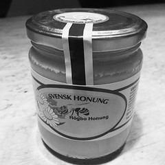 Leverans av Högbohonung från @britt_lindberg ! Tack så mycket ! #honung #sågod #högbohonung #citron #minsvartvitavardag2015 #dag314 (ulricalyhnakis) Tags: square squareformat inkwell iphoneography instagramapp uploaded:by=instagram