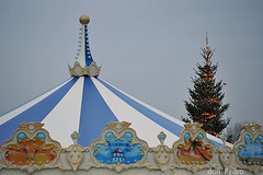 kerst-kijkduin (Don Pedro de Carrion de los Condes !) Tags: denhaag kerstboom lichtjes kerst draaimolen donpedro deltaplein d700