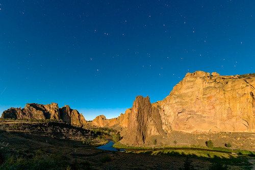 www.boulderingonline.pl Rock climbing and bouldering pictures and news image of Smith Rock, Oregon from the light of a full moon.