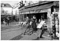 Montmartre III (madras91) Tags: nb bw blackandwhite monochrome noiretblanc paris france montmartre leica leicam2 summaron summaron35mmf28 35mm street streetphotography analogic