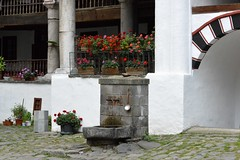 2015_Rila_4392 (emzepe) Tags: building fountain stone yard court spoon courtyard inner monastery rila augusztus bulgarie udvar 2015 bulgarien kanl nyr bels plet kt  k    bulgria kolostor rilai