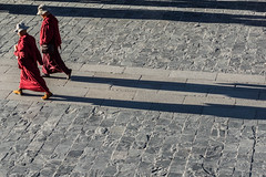 in step (Rainer ) Tags: street shadow red rot tibet monks schatten mnche gleichschritt instep barkhor lhasaoldtown rainer lhasaaltstadt