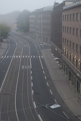 Tallinn se réveille/Tallinn wakes up/Tallinn vacknar [Explore] (Elf-8) Tags: street morning fog tallinn estonia track empry
