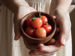 365-26 (Letua) Tags: compartir manos tomates cherry rojp yo autorretrato 365project sharing cosecha selfportrait hands tomatoes red rojo harvest