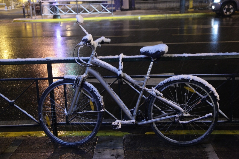 Φωτογραφίες… διαφορετικές και μαγευτικές από τη χιονισμένη Αθήνα!