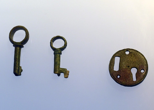 Roman bronze keys and keyhole escutcheon from Braga