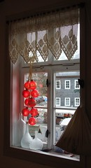 Red Christmas grapes (Gerlinde Hofmann) Tags: red window museum germany town handmade lace curtain thuringia crocheted christmastime christmasball froebel friedrichfröbel oberweisbach fröbelmuseum kindergarteninventor