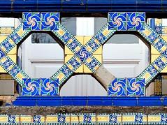 Barcelona - Pedrell 091 c1 (Arnim Schulz) Tags: modernisme barcelona artnouveau stilefloreale jugendstil cataluña catalunya catalonia katalonien arquitectura architecture architektur spanien spain espagne españa espanya belleepoque art kunst arte modernismo building gebäude edificio bâtiment faïence carreau glazed tile baldosa azulejos kacheln mosaïque mosaic mosaik mosaico baukunst tiles gaudí pattern deco liberty textur texture muster textura decoración dekoration deko ornament ornamento