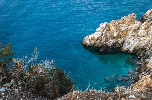 Felsige Küste trifft kristallklares Meer