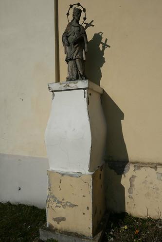 Figura św. Jana Nepomucena przed kościołem św. Jana Nepomucena w Lutyni