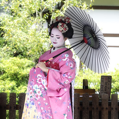 Japanese Kimono Wearing (Synghan) Tags: old people colour macro wearing japan umbrella canon pose square lens person photography eos japanese rebel idea dc women focus scenery kyoto kiss image no traditional posed sigma style tranquility scene wear clothes kimono concept wears cloth 1770 tranquil freshness foreground 일본 x6 fragility 284 650d t4i 1770mm 옷 f284 복장 기모노 일본식