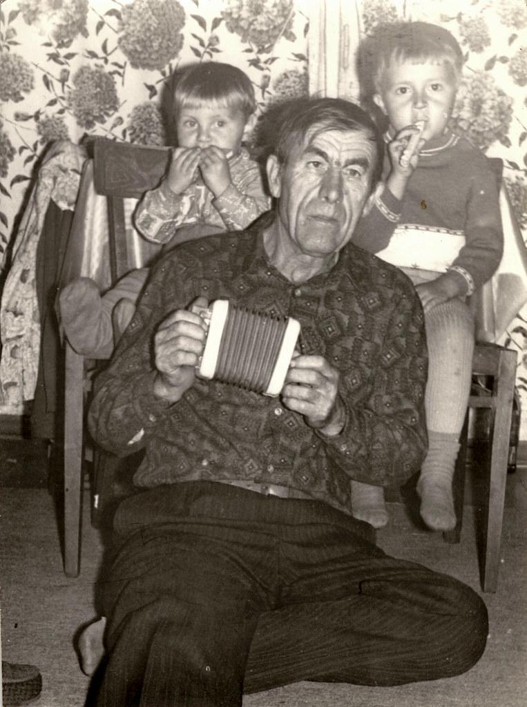 фото: Дед с внуками
