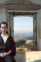 finestra con donna (idakrot) Tags: