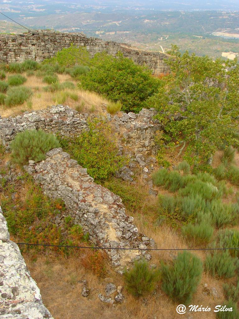 Águas Frias (Chaves) - ... ruínas das muralhas do Cstelo de Monforte de Rio Livre (2009)