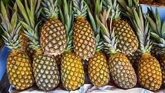 Abacaxi da Serra . (Cláudio Maranhão) Tags: abacaxi frutas feiralivre mercadopublico