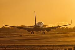 CFR6046 RYR B737-8AS(WL) EI-FIT (Carlos F1) Tags: nikon d300 aircraft airplane aeroplane avión aeronave sunset atardecer dusk dawn sol spotter spotting planespotter aviación aviation transporte transport bcn lebl eifit ryanair ryr boeing b7378aswl winglet b7378as b737800 b738 b737 737 737800 7378as 7378aswl elpratdellobregat barcelona spain
