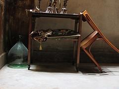 Il ricordo (belair_22) Tags: sedia tavolo bottiglia italia cuscini lampadario antico legno cemento sottoscala vintage colori luce lucernario