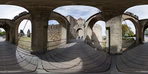 Sur la barbacane de la cité de Carcassonne
