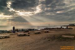 Primeros rayos de sol (avi_olmus) Tags: agua rayosdesol mar paisaje nues barcelona cielo hombre robado banco pilafotovoltaica santadriàdelbesos roca playamarena puerto playa sanadriándelbesós cataluña españa es p2568