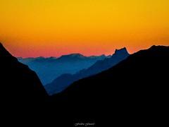 Douceur du Soir sur les Hautes-Alpes (Frédéric Fossard) Tags: crépuscule horizon montagne ciel soir calme altitude paysage lumière ombre silhouette cime arête crête hautesalpes oisans parcnationaldesécrins massifdesécrins grain texture vallée art surréaliste abstrait flancdemontagne contrefort